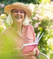 Värme, skratt och tårar – här är sommarens feelgood-böcker
