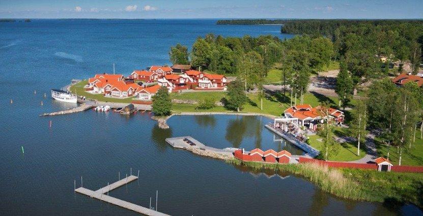 Vid Hjälmaren har Katrinelund Gästgiveri och sjökrog vuxit fram.