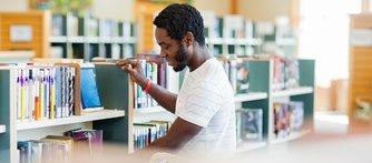 Biblioteksassistent - ett yrke som påverkas i hög grad av datorisering.