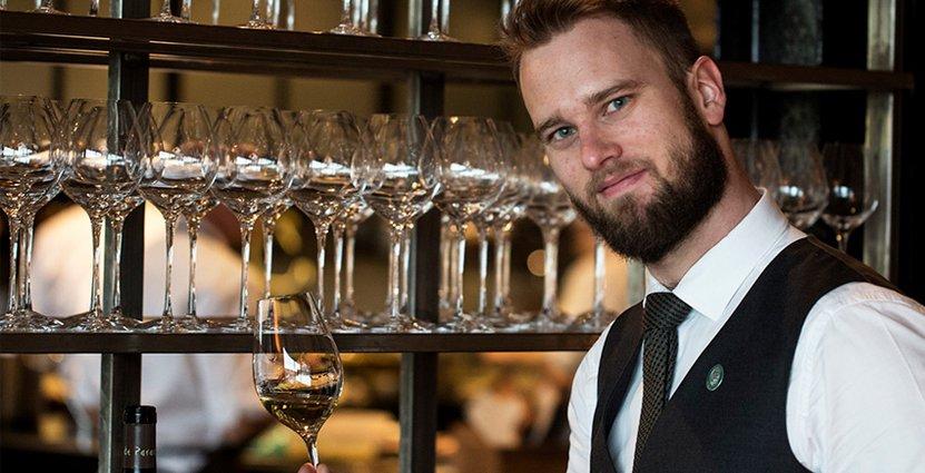 På nytt jobb. Sommelieren Hans Wejnefalk Larsson kommer närmast från jobb på vinbar i London. Nu har kan kommit hem till Oaxen i Stockholm.