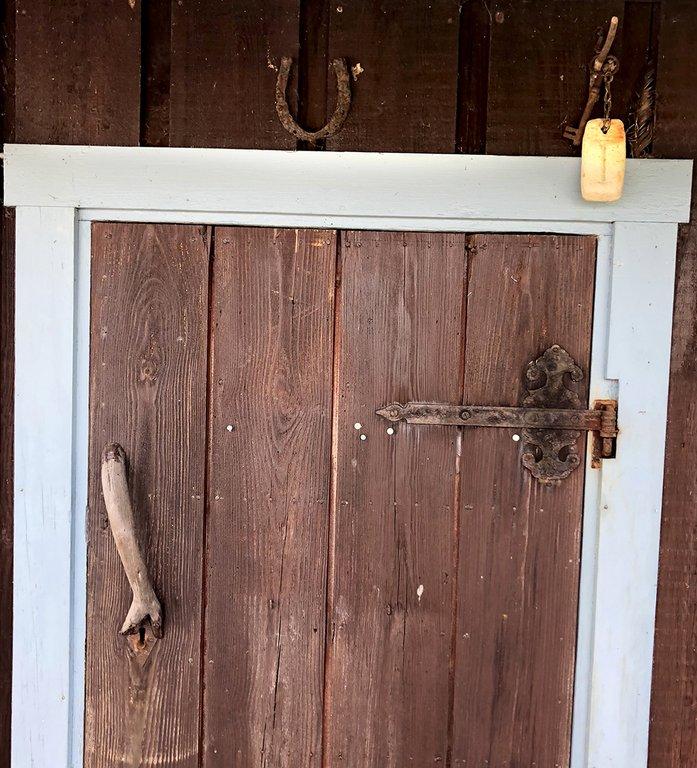 Nyckeln hänger alltid på en krok ovanför dörren.