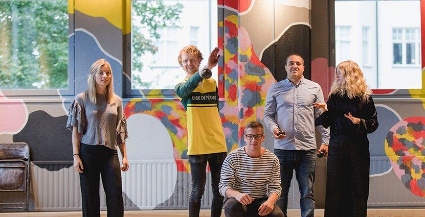 Personal med boule-koll. Måns Daniel, kreativ ledare, omgiven av Hedvig Bergström till vänster och Claes Hansen, Simon Dorkhom samt Anna Eriksson till höger.