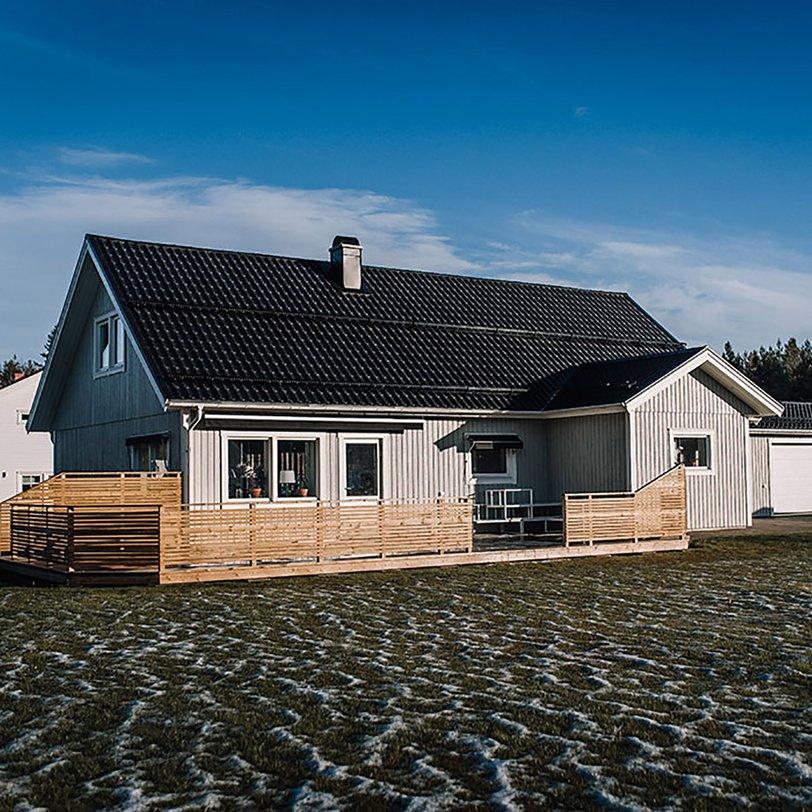 1,5-planshus med vidbyggt garage