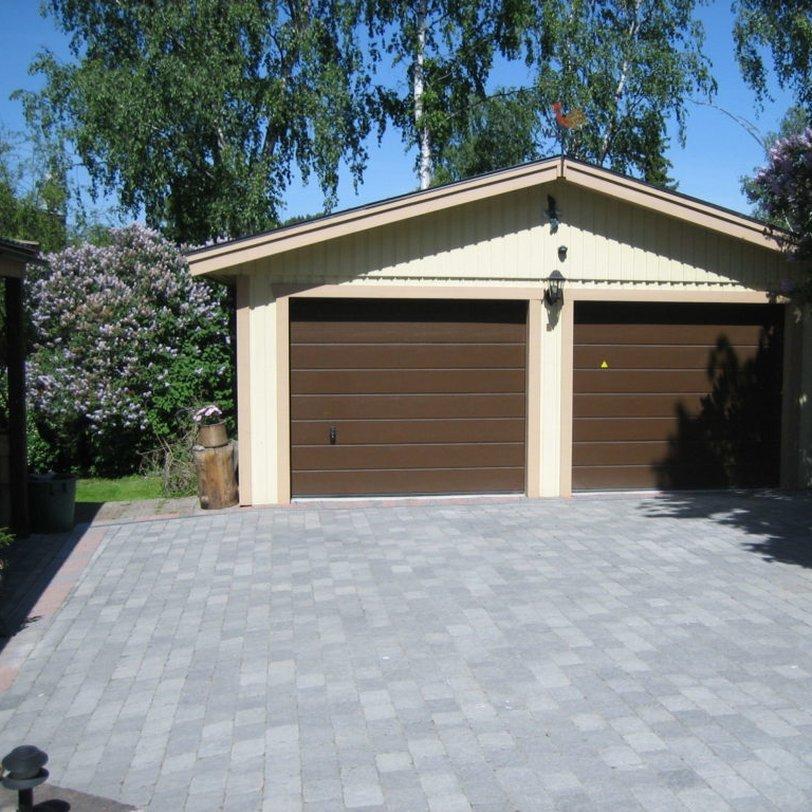 Garage med bruna portar!