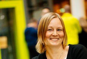 Linnea Ljung sitter i en grön soffa Trafikverkets lokaler med folk i bakgrunden.