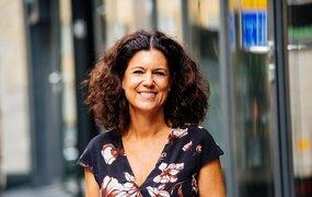 Anna Markelius på Accenture står utomhus och ler in i kameran.