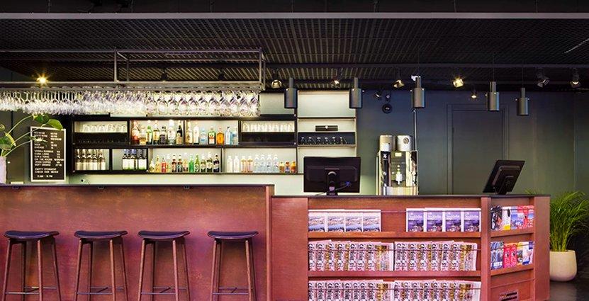 Barception. Ett trendfenomen i hotellvärlden just nu. Det nya lågprishotellet på Kungsbron i Stockholm är utrustat med kombinerad bar och reception.