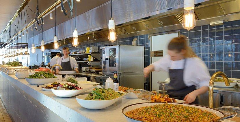På restaurang K-märkt i Stockholm köper man sin lunch i vikt.