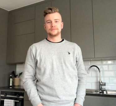Axel, en av de som köpt lägenhet i vackra Agnes i Fruängen