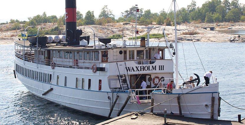 Skärgårdslinjerna med Cinderella hotas av nedläggning. På bilden Fartyget Waxholm III på Bullerö i Stockholms skärgård. Foto: Claes Helander.