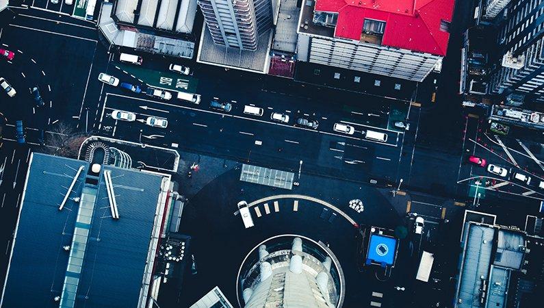 I städerna knyts olika sektorer som industri, transporter och byggnader samman. Därför är samarbete så viktigt för att göra dem mer hållbara.