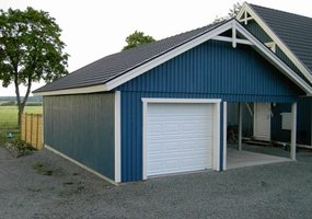 Blått garage med carport på sidan