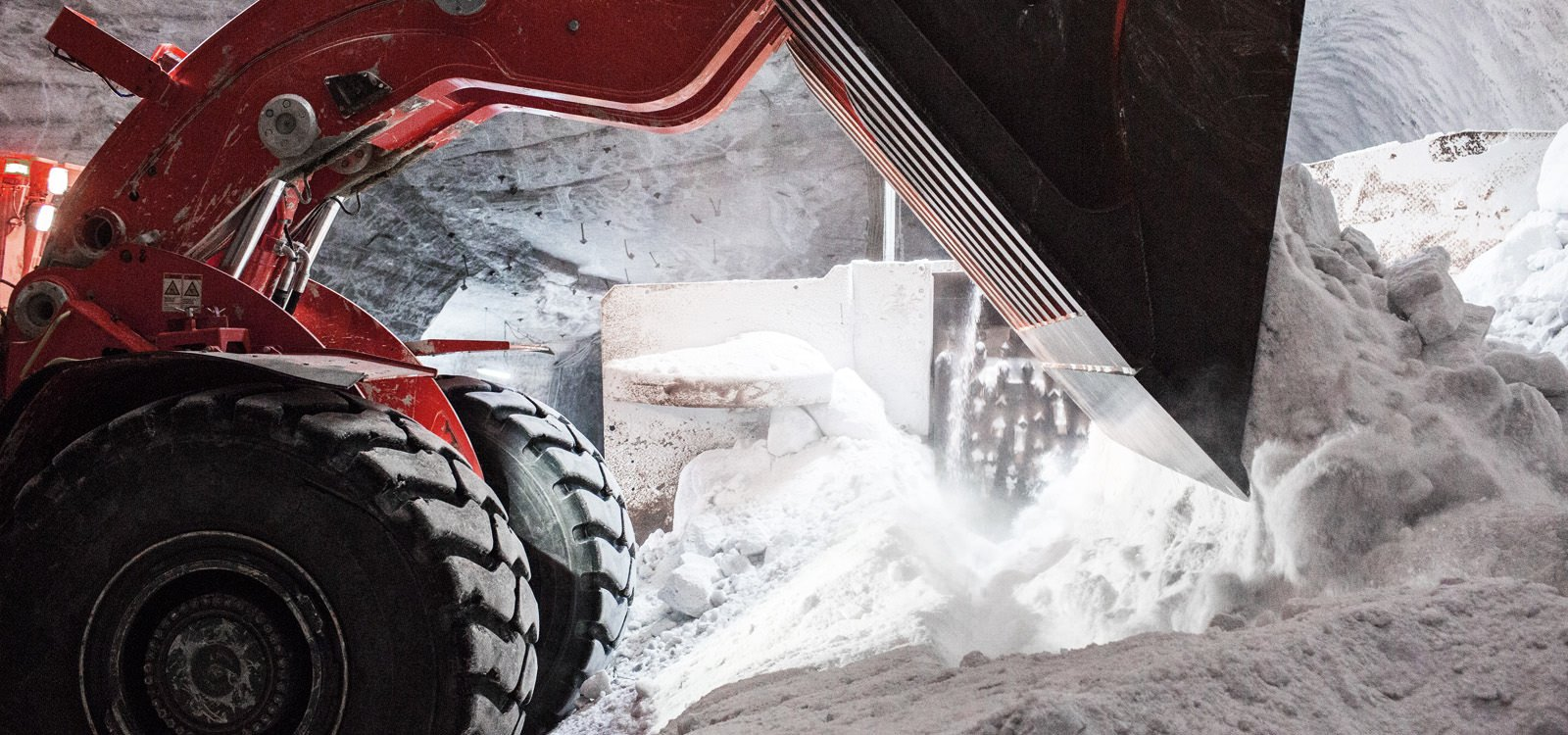 Sandvik LH621s at Bernburg move large blocks of just-blasted raw salt from a muck pile to a crusher that initially has to break the material into coarse chunks measuring about 15 centimetres before it can be conveyed to the shaft.
