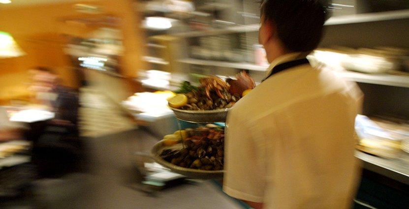 Höjda kostnader gör att restauranher och hotell väntar med att nyanställa.