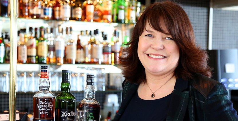 Susan Stenström lär ut sina whiskykunskaper till konferensgäster.