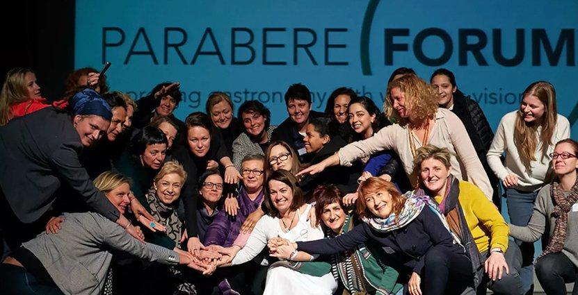 Glada deltagare stängde Parabere-kongressen med dans.<br /> Grundaren Maria Canabal syns med vita kläder i mitten. Foto: Parabere