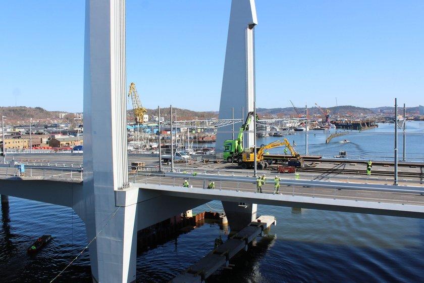Hisingsbron är en så kallad lyftbro och är betydligt flackare än Götaälvbron, vilket blir en klar fördel för gående och cyklister.