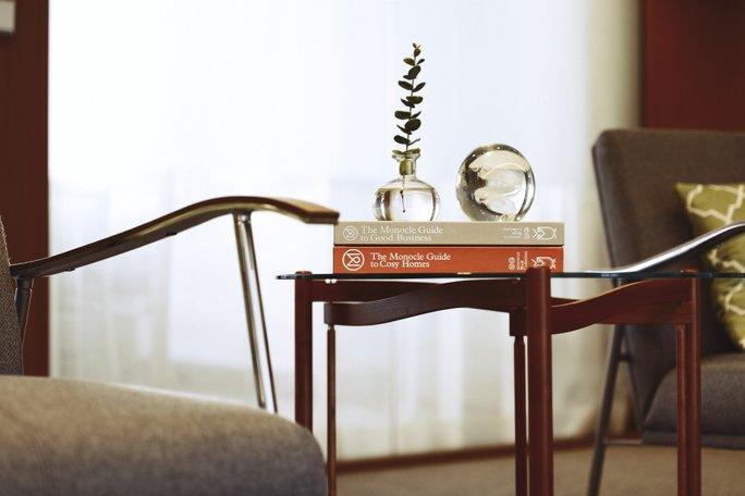 Bild på böcker som ligger på bord.