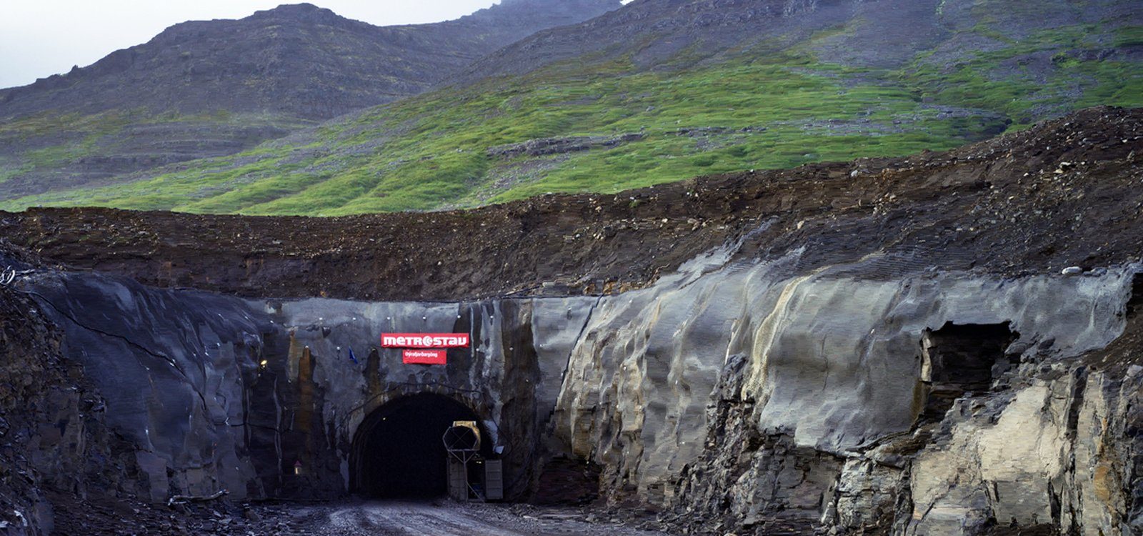 <p>Excavation through the Dyrafjordurgong tunnel reached record-breaking advances with the help of Sandvik DT1131i and iSURE.</p>