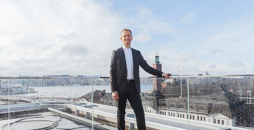 Hotelldirektör Peter Storckenfeldt på terrassen utanför Capitol.