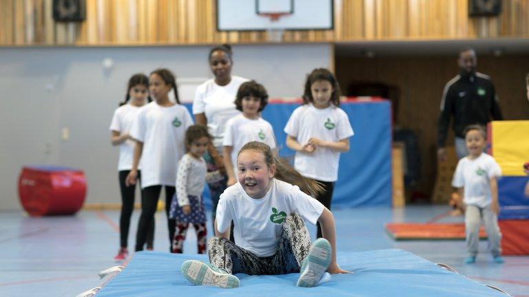 Fysiskt aktiva barn i en gympasal
