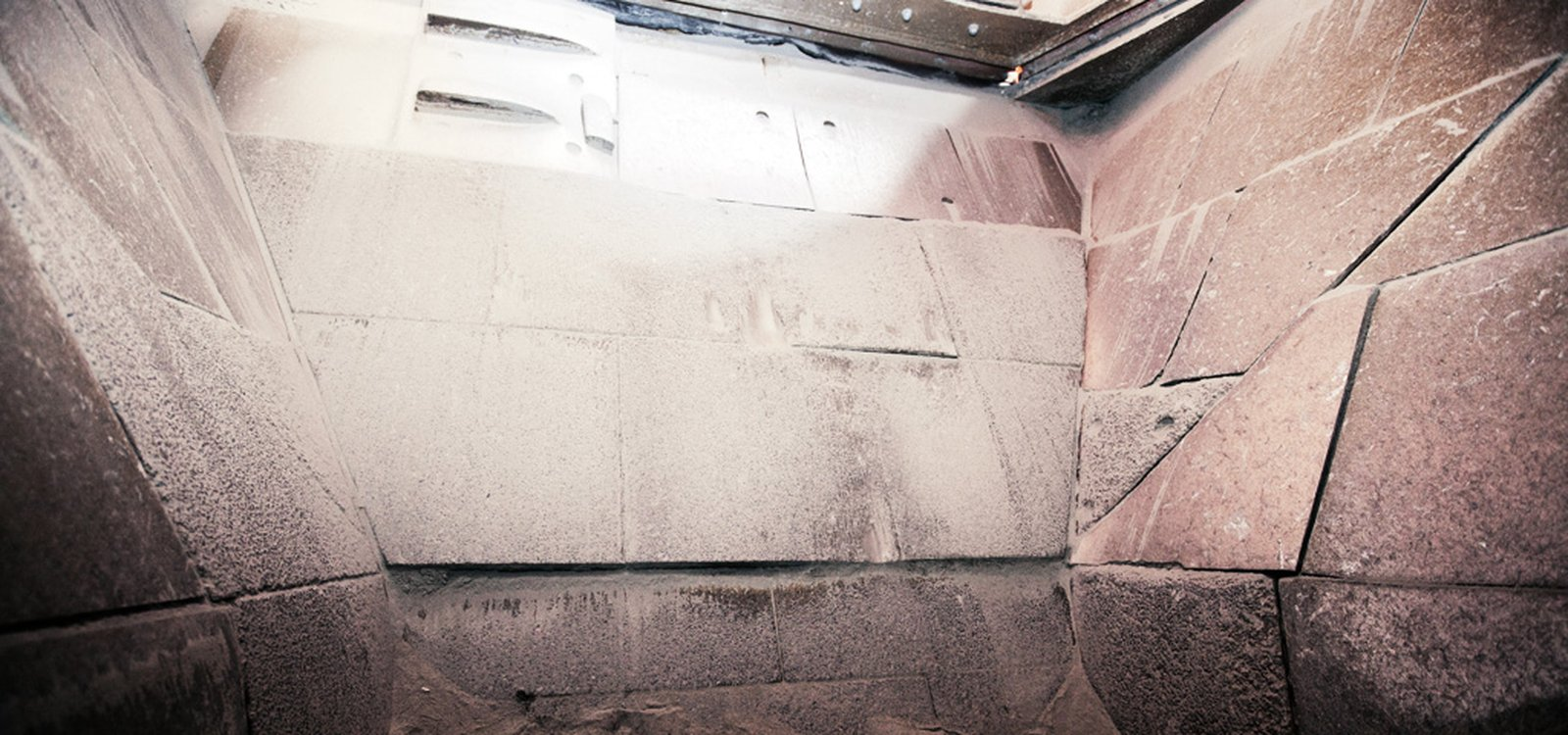 <p>In field tests, Sandvik HX900 wear plates withstood 250,000 tonnes of material before requiring replacement, compared to around 60,000 tonnes for other materials.</p>