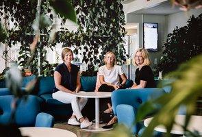 Anna Kritz, HR-specialist och hennes två kollegor sittandes i en av de blåa soffgrupperna på huvudkontoret.