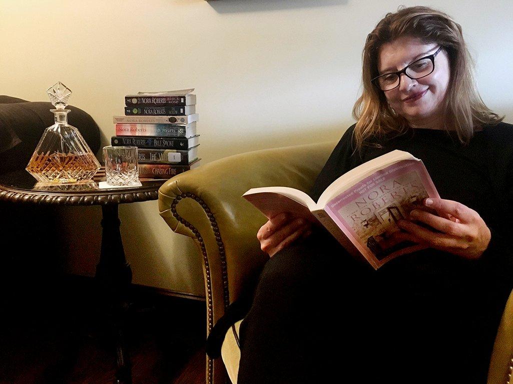 I salongen på Inn BoonsBoro finns självklart en romancebok att läsa.