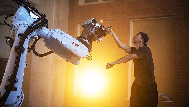 Säkerhetslösningen SafeMove2 begränsar robotens rörelser och hastighet när en människa är i närheten.