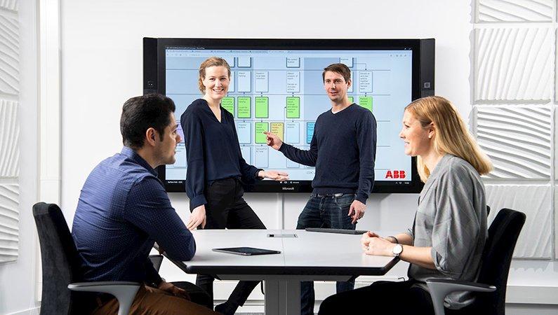 Med digitala tjänster för prestandaoptimering, fjärrövervakning och prediktivt underhåll hjälper Collaborative Operations kunder att öka sin produktivitet och cybersäkerhet. Fr v: Shahram Sabzabadian, Elin Löfvendahl, Magnus Uddman och Helena Morsing.