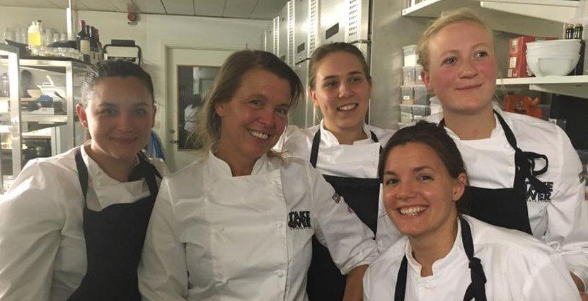 Action i köket. Linn Söderström (till vänster) och Lisa Lönner Pulkkinen (mitten) är grundarna till kocknätverket TakeOver.