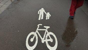Gång- och cykelbanor sopas rena