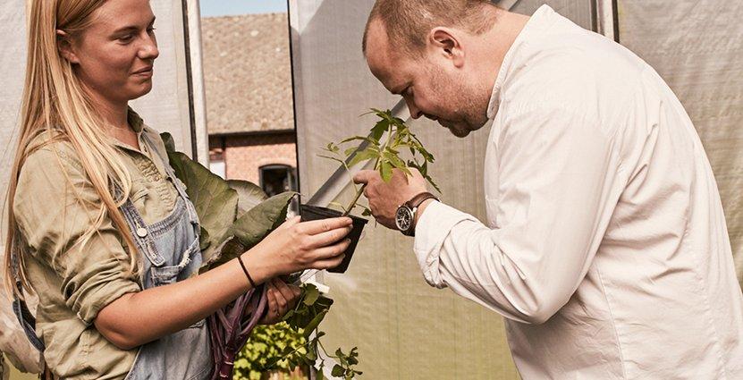 Daniel Berlin jobbar tätt tillsammans med trädgårdsmästaren Victoria Wedeberg. Foto: Viktor Nilsson