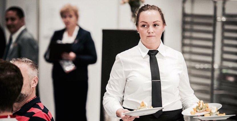 Sofie Langkjaer representerar Sverige i servering.