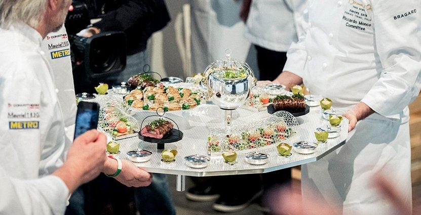 Fatservering. Fassone-nötfilé, kalvbräss, rostade sommargrönsaker och Sant Andrea-risragu. Foto: Viktor Fremling