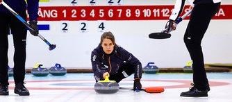 Trots att curlingen är en så stor del av hennes liv hinner Anna med både ekonomistudier vid Stockholms universitet och extraarbete som managementkonsult.