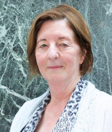 Pat Barker ger röst åt krigets tysta kvinnor – vill återta deras plats i historien