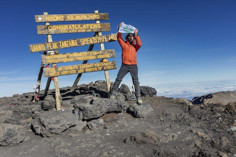 Äventyrlig man som bestiger Kilimanjaro