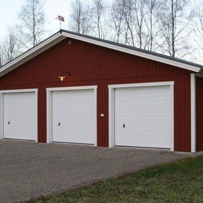 Stort garage för tre bilar