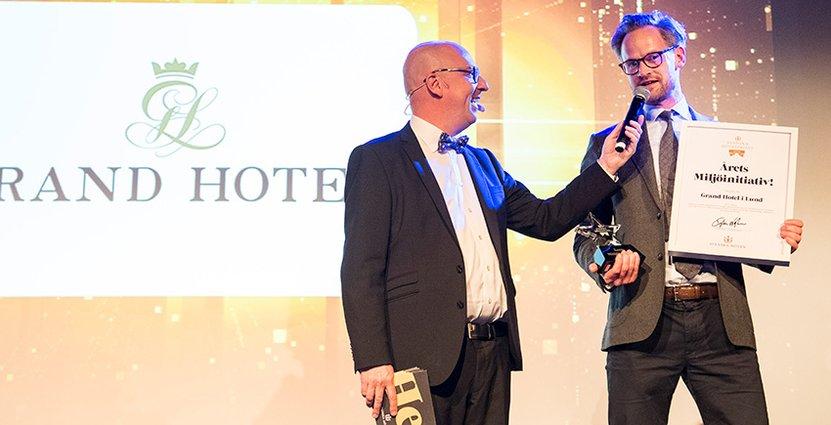 Oscar Petersson på Grand Hotel i Lund tar emot utmärkelsen Årets Miljöinitiativ.  Foto: Svenska Möten
