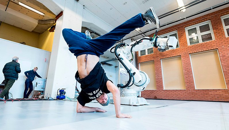 Det tog Benke Rydman och ABB:s utvecklare ungefär en dag att programmera 30 sekunder av robotens dans.