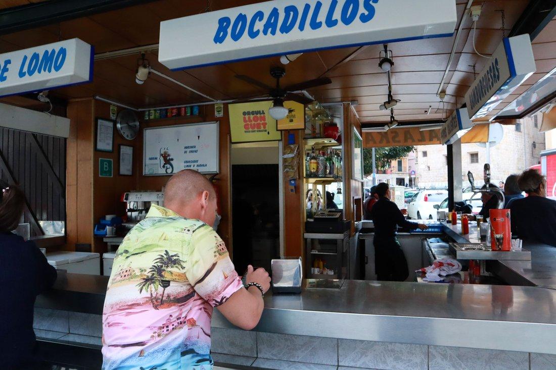 Bar Alaska på plaza Mercat, Palmas mest klassiska kiosk, där Tim dricker öl i boken.