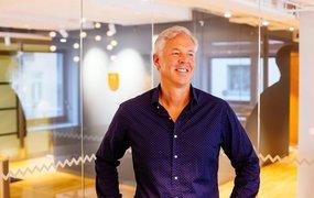 Magnus Carlström, HR-direktör på Gränges klädd i lila skjorta, står framför konferensrummen på huvudkontoret.