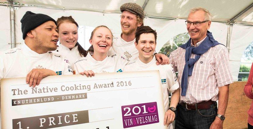 Glada vinnare. Sayan Isaksson, lagets danska praktikant Katrine, Lina Ahlin, Martin Sjöstrand och Rod Perez tilldelas vinstchecken.