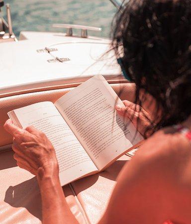 Sommarens guldkorn – 5 böcker att sträckläsa på semestern