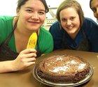 De tre studenterna Nathalie Knopp, Kajsa Nilsson och Jananee Muralidharan med bananerna i högsta hugg. Och så kladdkakan då, som är tillverkad på bananmjöl.