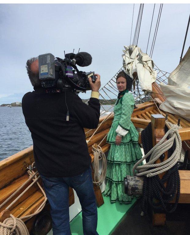 Emilie som ung skeppare. Ur filmatiseringen av dramadokumentären EMILIE. Anna Guldkula som Emilie med fotografen Erik Fägerwall.