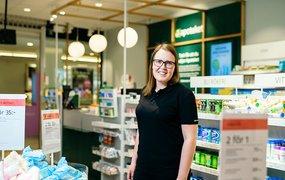 Apotekets nationella resurs Julia Kappinen ståendes i en av Apotekets butiker.