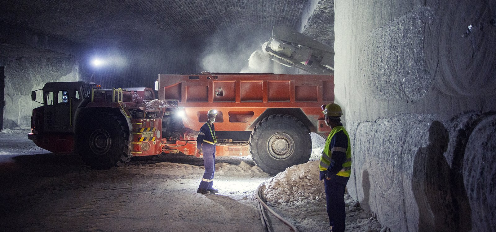 <p>A Sandvik MB770 loads a Sandvik TH540 ejector truck, which hauls the salt to the feed conveyor.</p>