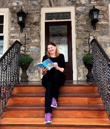 Simona Ahrnstedt går i Nora Roberts fotspår (bokstavligen)